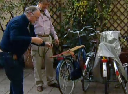 Luigi ripara la bici ad Antonio